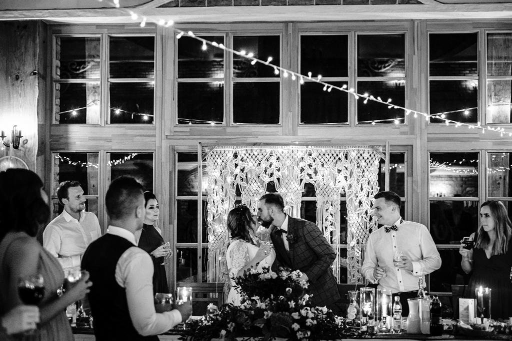 Jesienny ślub w Młynie nad Starą Regą w Tarnowie. Para Młoda w trakcie toastu.